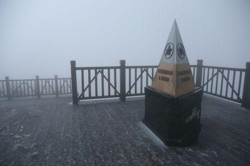 Fansipan bất ngờ có tuyết rơi trắng trời giữa tháng 2 - Ảnh 1