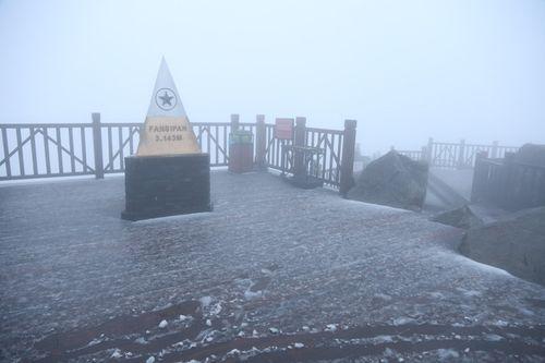 Fansipan bất ngờ có tuyết rơi trắng trời giữa tháng 2 - Ảnh 2