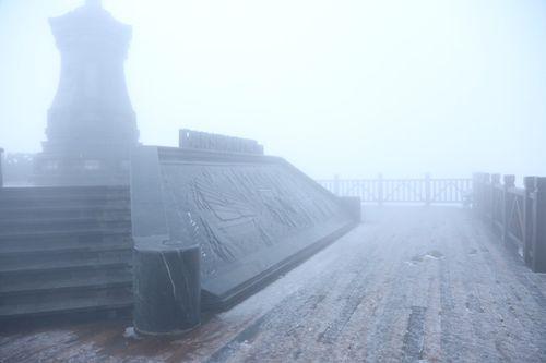 Fansipan bất ngờ có tuyết rơi trắng trời giữa tháng 2 - Ảnh 3