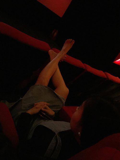 Cộng đồng mạng dậy sóng vì cô gái mặc váy ngắn thản nhiên gác chân lên ghế trong rạp phim  - Ảnh 1