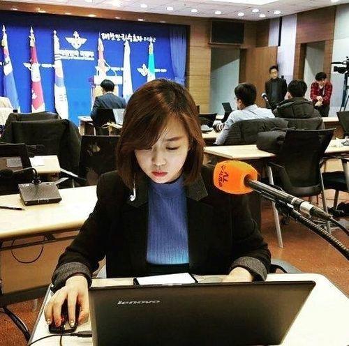 """Dân mạng chia sẻ rần rần hình ảnh nữ phóng viên Hàn Quốc có nụ cười """"đốn tim"""" - Ảnh 3"""