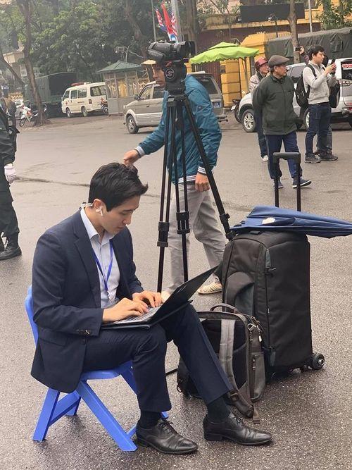 Xuất hiện phóng viên Hàn Quốc tác nghiệp ở Hà Nội điển trai hơn cả minh tinh điện ảnh - Ảnh 1