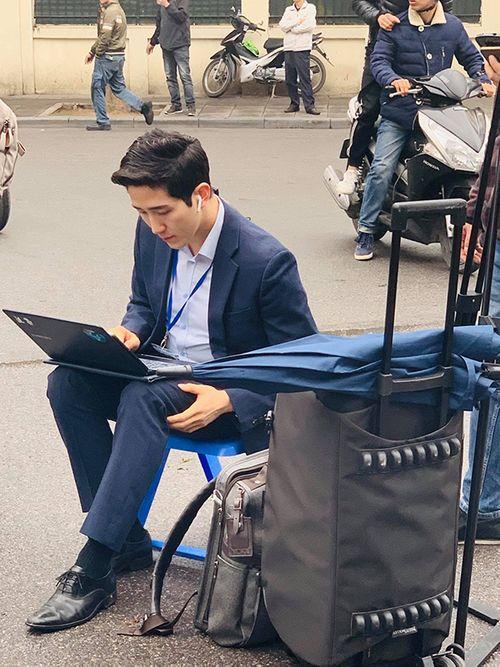 Xuất hiện phóng viên Hàn Quốc tác nghiệp ở Hà Nội điển trai hơn cả minh tinh điện ảnh - Ảnh 2