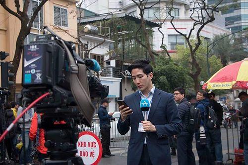 Xuất hiện phóng viên Hàn Quốc tác nghiệp ở Hà Nội điển trai hơn cả minh tinh điện ảnh - Ảnh 3