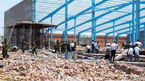 Cận cảnh hiện trường tan hoang vụ sập tường ở Vĩnh Long khiến 5 công nhân thiệt mạng - Ảnh 3