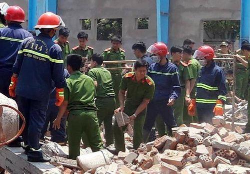 Cận cảnh hiện trường tan hoang vụ sập tường ở Vĩnh Long khiến 5 công nhân thiệt mạng - Ảnh 6