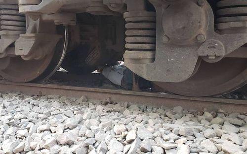 Rớt tim cảnh người đàn ông bị tàu hỏa Bắc – Nam tông trúng, kéo lê cả đoạn dài - Ảnh 1