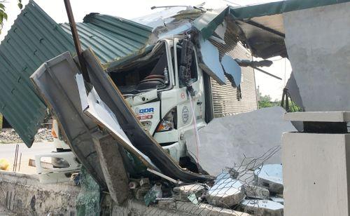 Tin tai nạn giao thông mới nhất ngày 21/3/2019: Tài xế xe tải bị bắt đền 250 triệu vì tông sập tiệm tóc - Ảnh 1