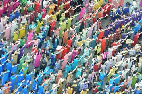 Trên 3.000 phụ nữ đồng diễn với áo dài trên phố đi bộ Nguyễn Huệ - Ảnh 5