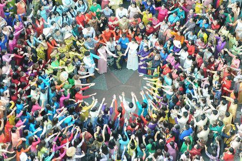 Trên 3.000 phụ nữ đồng diễn với áo dài trên phố đi bộ Nguyễn Huệ - Ảnh 7
