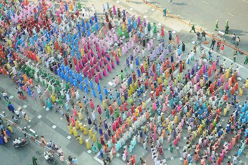 Trên 3.000 phụ nữ đồng diễn với áo dài trên phố đi bộ Nguyễn Huệ - Ảnh 8