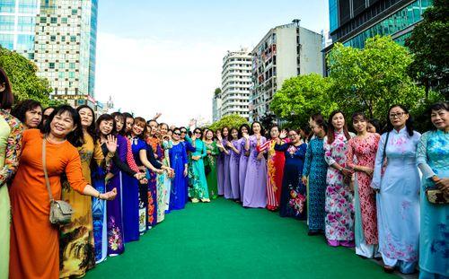 Trên 3.000 phụ nữ đồng diễn với áo dài trên phố đi bộ Nguyễn Huệ - Ảnh 10