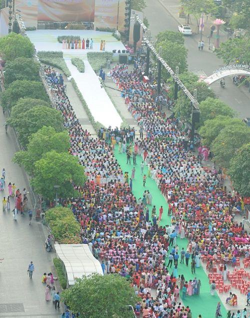 Trên 3.000 phụ nữ đồng diễn với áo dài trên phố đi bộ Nguyễn Huệ - Ảnh 2
