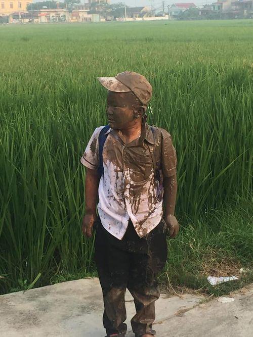 """Mải """"đuổi hoa bắt bướm"""", cậu bé rơi xuống ruộng và biểu cảm sau đó khiến dân mạng phì cười - Ảnh 3"""