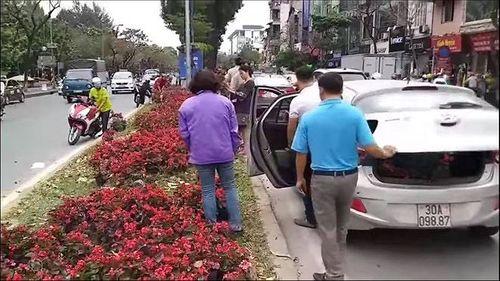 """Ngao ngán cảnh người dân thủ đô đánh cả ô tô đến """"hôi hoa"""" trên đường Kim Mã - Ảnh 3"""