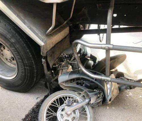 Xe tải vượt ẩu, húc 1 ô tô, cuốn 3 xe máy vào gầm - Ảnh 3