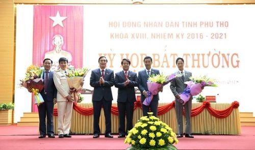 Lãnh đạo tỉnh Phú Thọ tặng hoa chúc mừng tân Phó Chủ tịch UBND tỉnh Hồ Đại Dũng và các tân Ủy viên UBND tỉnh . Ảnh: Báo Nhân Dân