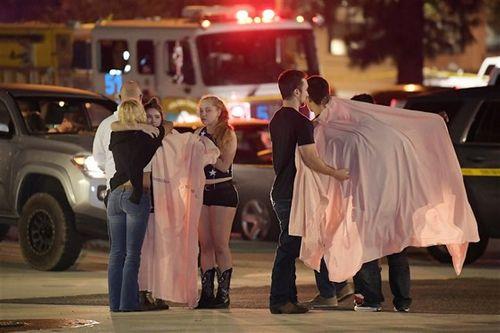 Hiện trường vụ xả súng kinh hoàng quán bar ở Mỹ, ít nhất 12 người thiệt mạng - Ảnh 4