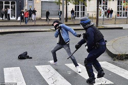 Video: Học sinh Pháp quỳ gối, ôm đầu trước cảnh sát gây chấn động dư luận - Ảnh 2