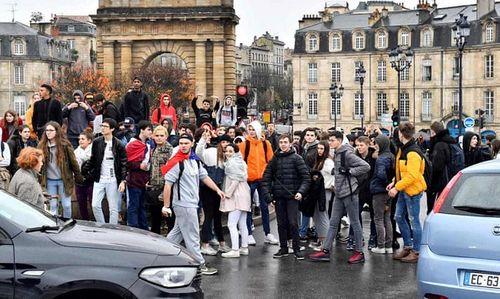 Video: Học sinh Pháp quỳ gối, ôm đầu trước cảnh sát gây chấn động dư luận - Ảnh 5
