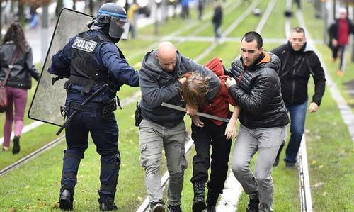 Video: Học sinh Pháp quỳ gối, ôm đầu trước cảnh sát gây chấn động dư luận - Ảnh 6