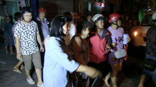 TP. Hồ Chí Minh: Người dân hoảng loạn khi trần nhà cổ đổ sập - Ảnh 1