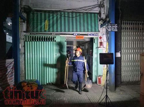 TP. Hồ Chí Minh: Người dân hoảng loạn khi trần nhà cổ đổ sập - Ảnh 2