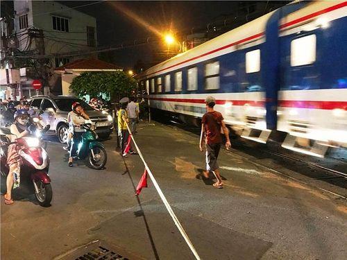 TP.HCM: Thót tim vì ô tô húc văng thanh gác chắn, suýt đâm tàu hỏa - Ảnh 3