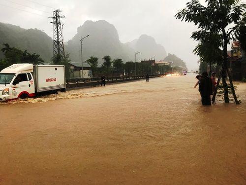 Quảng Ninh: Mưa lớn khiến nhiều nơi ngập sâu tới 2m, chia cắt quốc lộ 18A - Ảnh 1