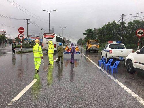 Quảng Ninh: Mưa lớn khiến nhiều nơi ngập sâu tới 2m, chia cắt quốc lộ 18A - Ảnh 2