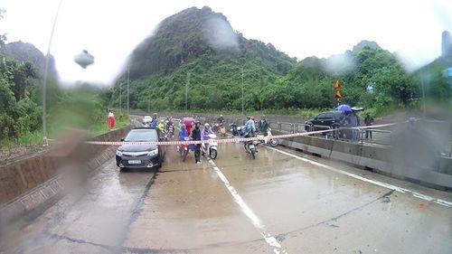 Quảng Ninh: Mưa lớn khiến nhiều nơi ngập sâu tới 2m, chia cắt quốc lộ 18A - Ảnh 3
