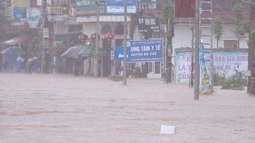 Quảng Ninh: Mưa lớn khiến nhiều nơi ngập sâu tới 2m, chia cắt quốc lộ 18A - Ảnh 5
