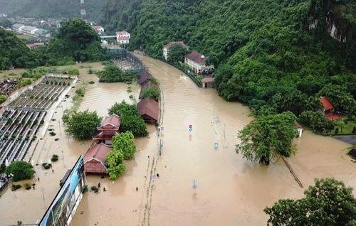 Quảng Ninh: Mưa lớn khiến nhiều nơi ngập sâu tới 2m, chia cắt quốc lộ 18A - Ảnh 6