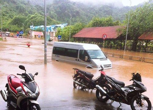 Quảng Ninh: Mưa lớn khiến nhiều nơi ngập sâu tới 2m, chia cắt quốc lộ 18A - Ảnh 7