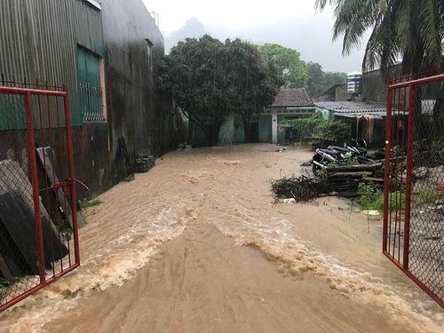 Quảng Ninh: Mưa lớn khiến nhiều nơi ngập sâu tới 2m, chia cắt quốc lộ 18A - Ảnh 9