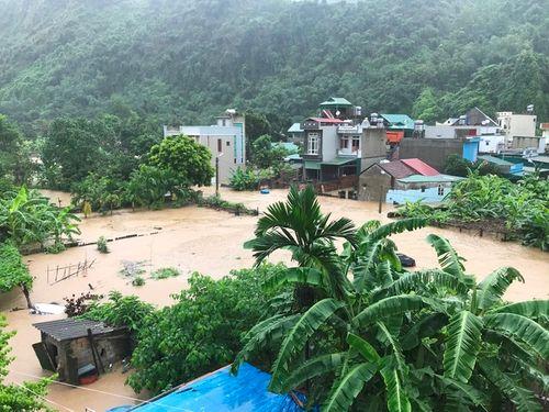 Quảng Ninh: Mưa lớn khiến nhiều nơi ngập sâu tới 2m, chia cắt quốc lộ 18A - Ảnh 10