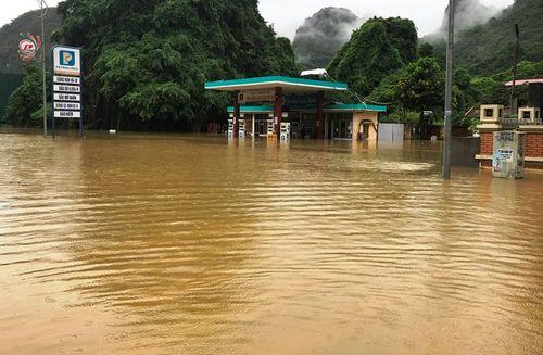 Quảng Ninh: Mưa lớn khiến nhiều nơi ngập sâu tới 2m, chia cắt quốc lộ 18A - Ảnh 12