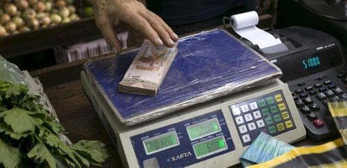 Lạm phát ở Venezuela: Thu ngân cân tiền cho nhanh thay vì đếm - Ảnh 9