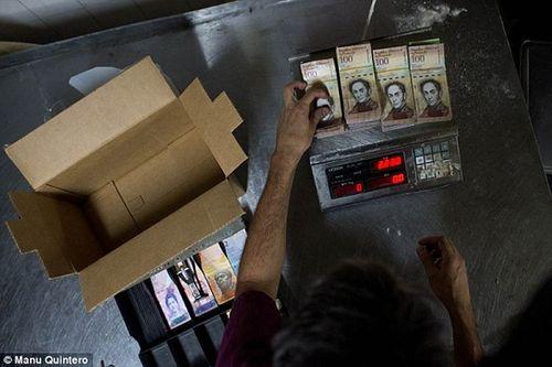 Lạm phát ở Venezuela: Thu ngân cân tiền cho nhanh thay vì đếm - Ảnh 10