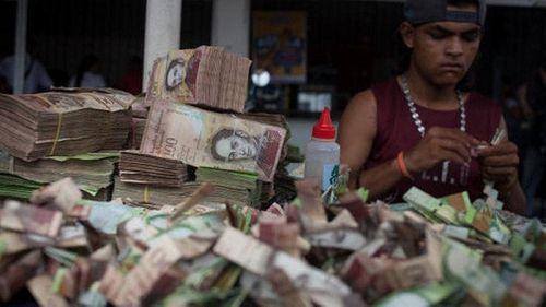 Lạm phát ở Venezuela: Thu ngân cân tiền cho nhanh thay vì đếm - Ảnh 11