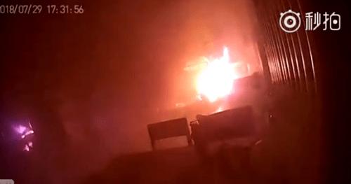 Video: Xe đạp điện đang sạc bất ngờ nổ tung, 2 bố con thoát chết trong gang tấc - Ảnh 2