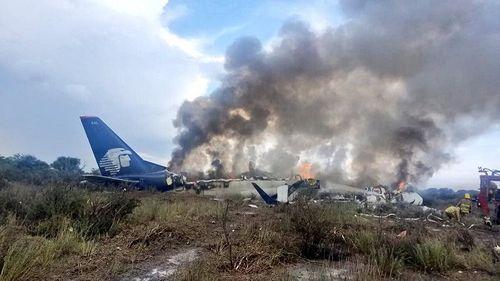 Hiện trường vụ máy bay chở 101 người rơi ở Mexico - Ảnh 1