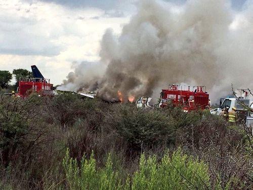 Hiện trường vụ máy bay chở 101 người rơi ở Mexico - Ảnh 2