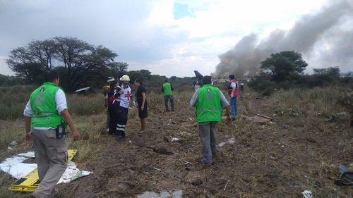 Hiện trường vụ máy bay chở 101 người rơi ở Mexico - Ảnh 3
