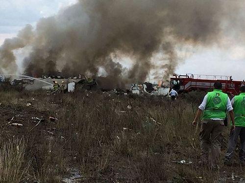 Hiện trường vụ máy bay chở 101 người rơi ở Mexico - Ảnh 4