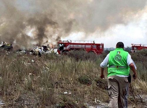 Hiện trường vụ máy bay chở 101 người rơi ở Mexico - Ảnh 5
