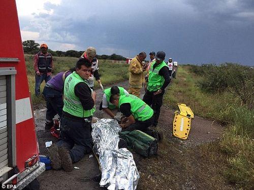 Hiện trường vụ máy bay chở 101 người rơi ở Mexico - Ảnh 6