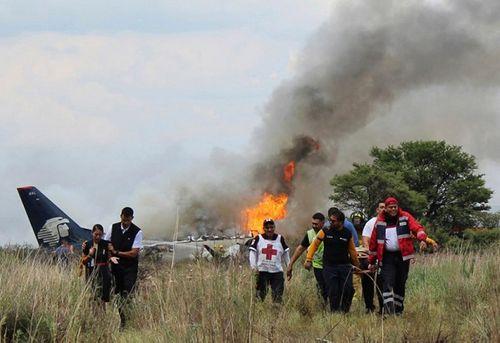 Hiện trường vụ máy bay chở 101 người rơi ở Mexico - Ảnh 7