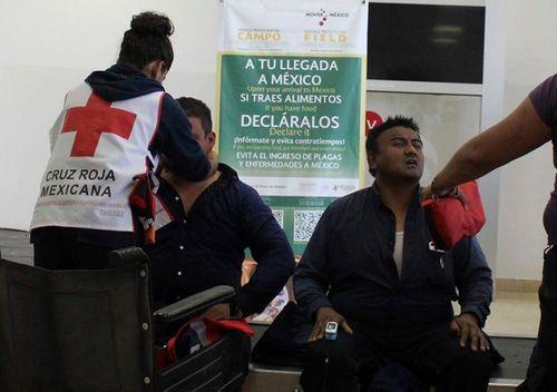 Hiện trường vụ máy bay chở 101 người rơi ở Mexico - Ảnh 10