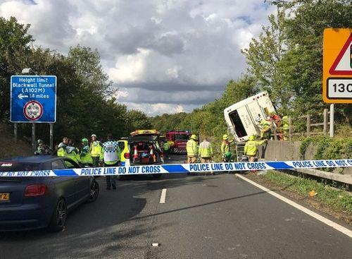 Em bé cất tiếng khóc chào đời ngay tại hiện trường vụ tai nạn lật xe khách ở Anh - Ảnh 5